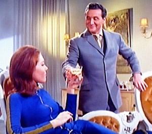 Trinken Sie Mrs. Peel. Es wird Ihnen gut tun...