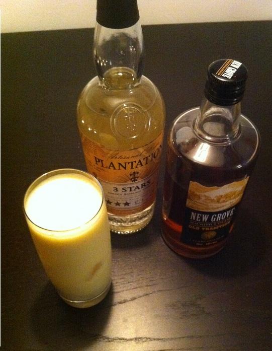 Sundowner mit Rum, Ananas und Kokos