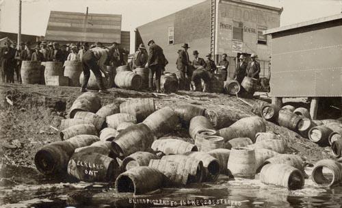 Zerstörter Alkohol am Elk Lake, Ontario, ca. 1925