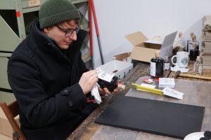 Stefan Hofstetter beim Etikettieren der HEILAND Flaschen