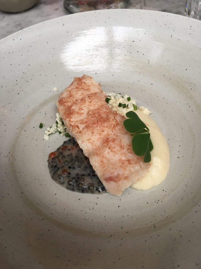 Pochierter Rotbarsch, Kaviar-Vinaigrette, Blumenkohl